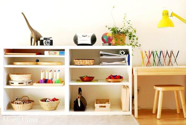étagère d'une chambre d'enfant d'inspiration Montessori