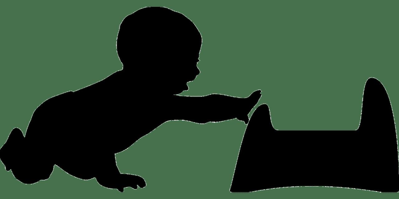 Un petit enfant rampant au pot