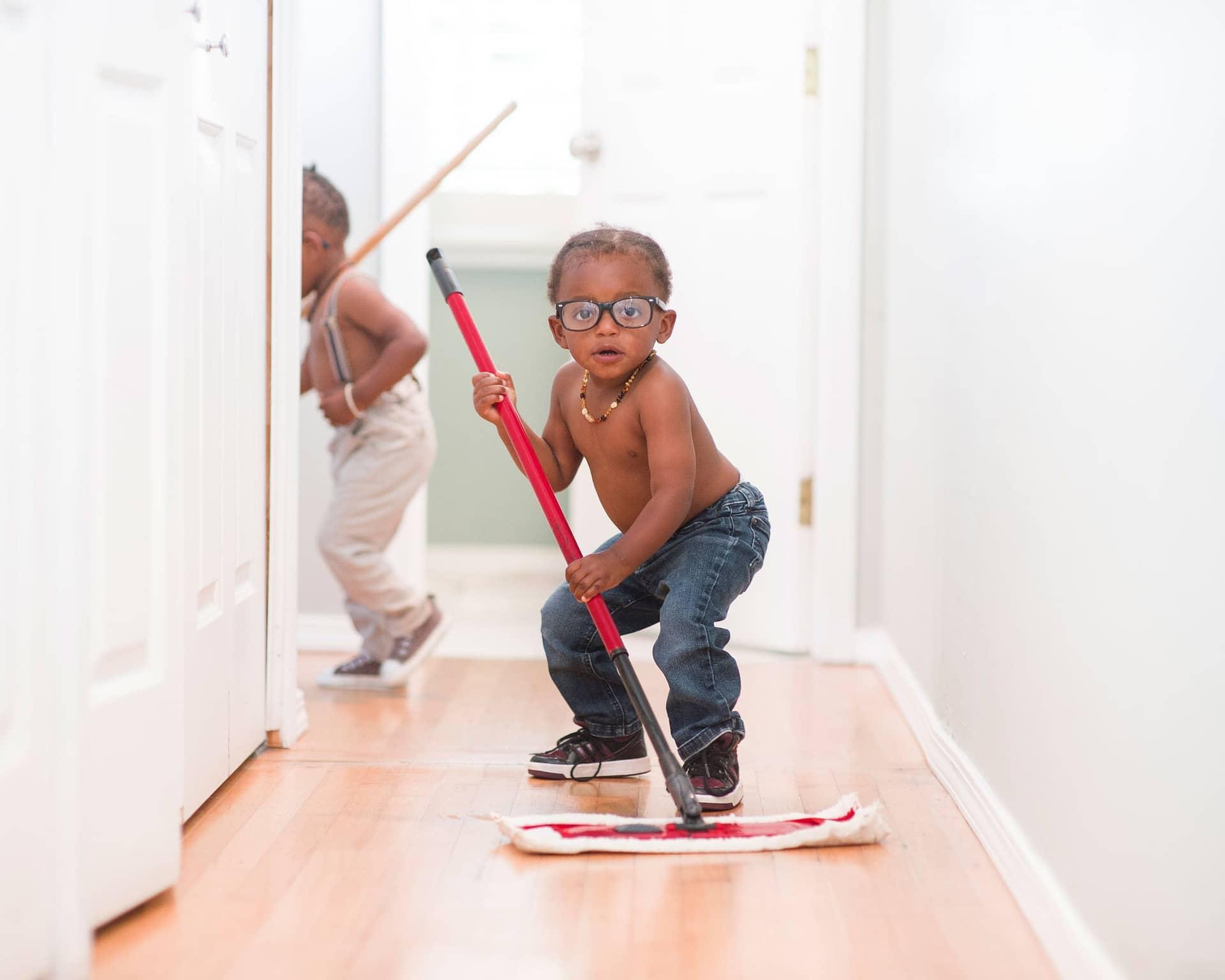 Un enfant qui passe la serpillère