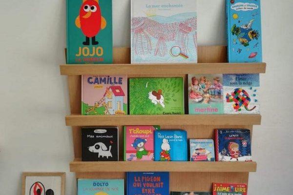 bibliothèque_Montessori avec présentoirs pour livres
