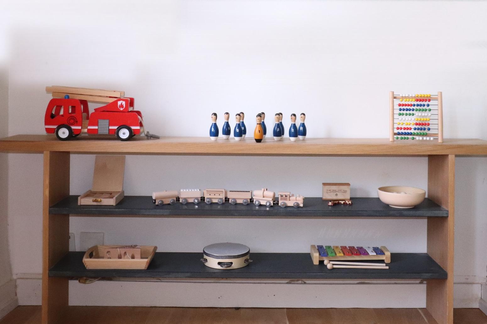 étagère montessori pour faciliter la concentration