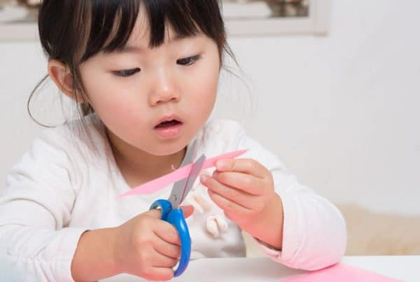 enfant-qui-se-concentre en faisant du decoupage, Montessori