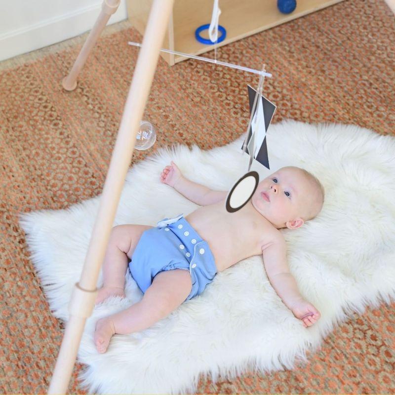 bébé avec un mobile Montessori