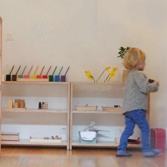 jeune enfant de 3 ans dans un environnement Montessori utilisant une activité Montessori