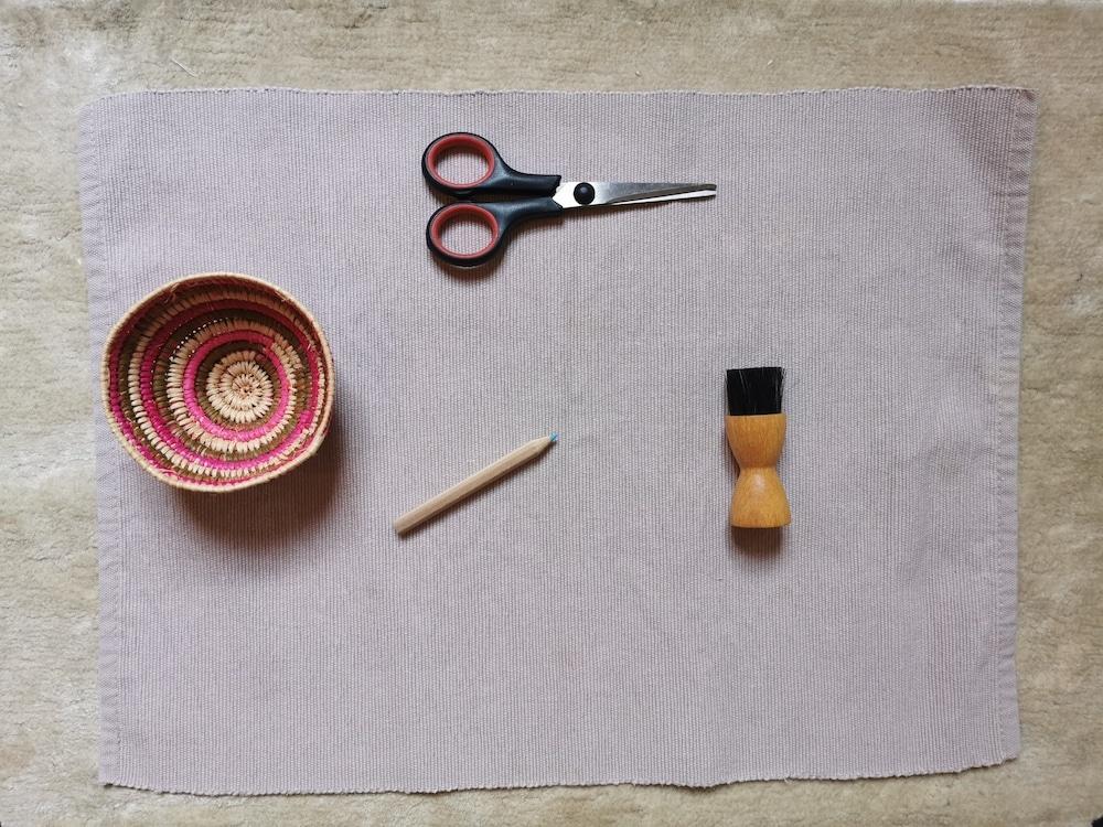 langage Montessori à la maison : panier, crayon, brosse, ciseaux